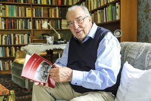 Göte Olingdahl med sin bok