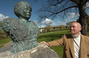 Konstnären Jerker Andersson fanns med vid invigningen av sin bronsbyst i Schenströmsparken.