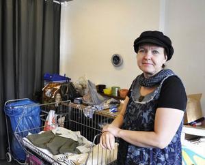 Konstnären Monika Hämberg, designar om kläder och föremål som lämnas in till Kupan.