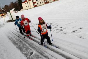 Ebba Hägg, Inez Sundström, Wilmer Bengter körde i klunga genom målet.