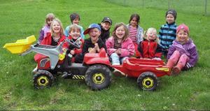 Barnen på Himlavalvets förskola i Hammarstrand är jätteglada över att ha fått en ny traktor lagom till vårbruket. Foto: Helena Elf