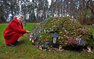 Kerstin Ericsson tände ljus i minneslunden i Skogskyrkogården. Foto: Curt Kvicker