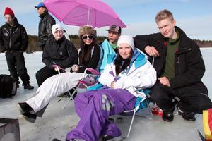 En riktig turruta fick tjejerna från vänster: Stina Olsson i solglasögon, och Sandra Broberg i lila byxor. Här flankerade av sina supportrar.