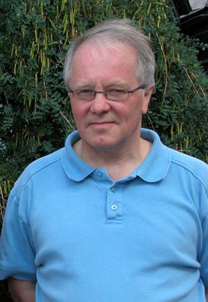 Hans Sternbro, ordförande i socialnämnden, anser att kritiken ska riktas mot honom och övriga politiker som tar de obekväma besluten.