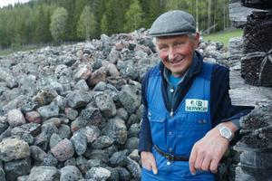 """""""På min mark finns 15 stenrösen. Många var större förut men stenarna har under åren  används till vägbyggen"""", säger Valter Svelander."""