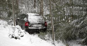 En bil prejades av riksväg 83 på tisdagsförmiddagen.