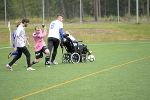 GIF Sundsvall FH:s målvakt rullar ut bollen efter en tuff duell.