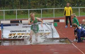 Trångsvikens Rasmus Grelsson sprang in på fina 9,34,05 i herrarnas DM-final på 3000 meter hinder.