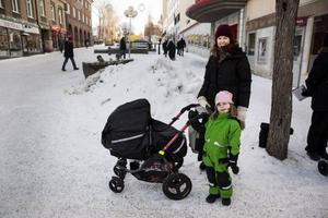 Linda Hansson, 37 och Nova-Li Hansson, 4Bor: ÖstersundArbete: Butikschef på Bikbok– Jag rör på mig genom att springa och simma. Sedan äter jag mycket frukt och grönt. För mig är det viktigt att det ska vara hemlagat och ordentligt och ibland köper jag även ekologiskt. Att umgås med vänner och med familjen får mig att må bra, men det är ju självklart!