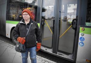 Lotta Loodh reser dagligen med linje 1 och har upplevt många problem.