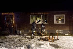 KÖKSBRAND. Brandkåren fick lyfta ut glödande möbler från köket.