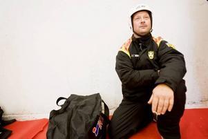 """BRYNÄSARE PÅ BANDYIS. Mattias Eklöf kom Brynäsklädd till Sandvikens nya bandytempel för att testa att åka på en isyta som är nästan fyra gånger så stor som den han normalt håller till på. """"Jättefint"""", tyckte han imponerat efter att ha provåkt bandyisen."""