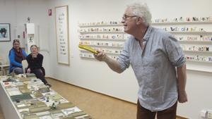 Ord- och bildkonstnären Magnus Lönn tog prylar och ett kreativt användande av språket till hjälp för att inspirera åhörarna till att tänka i nya banor.