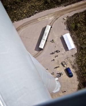 Från toppen på ett vindkraftverk blir allt på marken väldigt litet, en fullstor buss ser ut som en liten leksaksbil.