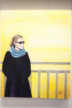 Ett självporträtt kanske? Charlotta Söderbom fotar först, och målar sen. Många av hennes målningar föreställer vänner och bekanta.