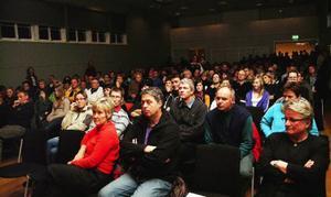 Minst 250 personer kom till mötet i Åre gymnasieskolas aula. Och missnöjet med skolförslaget var stort bland de många åhörarna.  Foto: Elisabet Rydell-Janson