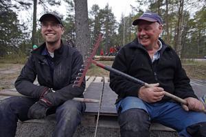 David Lindelöf och Gunnar Persson använder lilla kasan som tändmedel, och skottar fram grenar med traktorn för att få fyr.