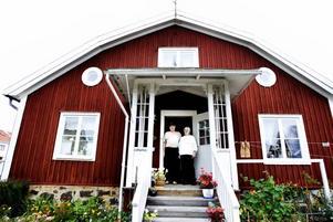 """gamla hus. Eskil och Marianne Norman bor i """"Kaffebyggningen"""", som är ett av bara en handfull helt bevarade hus i de äldre delarna av Strömsbro. Det byggdes 1720 men stod då nere vid fabriken. 1849 flyttades huset till hörnet Magasinsgatan-Strömgatan."""