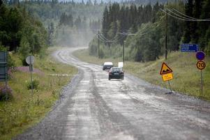 Sommar betyder grusvägskörning för många. Tänk på att bromssträckan är mycket längre på grus än på asfalt