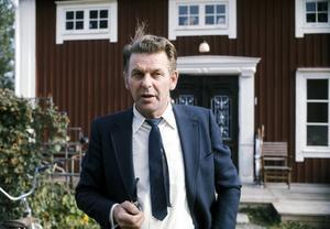 Centerpartiledaren Thorbjörn Fälldin röker pipa utanför huset hemma på gården på valdagen 1973.
