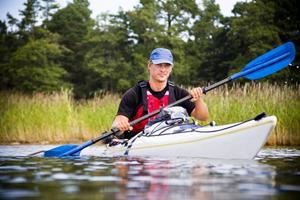 Peter Svanberg paddlar kajak från Svinesund till Haparanda. I dag tog han en paus på Stenö havsbad.