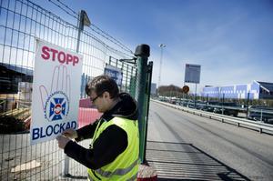 Strejkvakten Christer Norefalk hann inte mycket mer än sätta upp strejkplakaten vid en arbetsplats i Spånga innan Transportarbetareförbundets strejk på onsdagen var över.