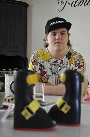 Genom åren har Gabriel, 16 år, som har en medfödd skelettsjukdom, tvingats byta skenor flera gånger. De här Brynässkenorna var de första paret han bar.