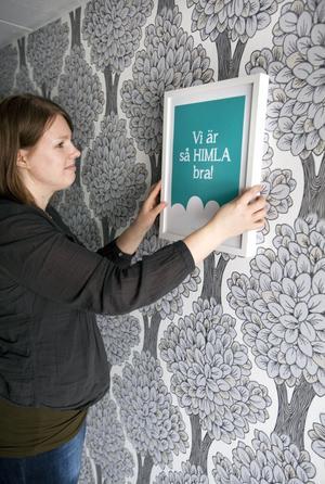 Välkommen. I entrén sitter tapeten Happy nature från Flügger, tavlans tryck är Annas egna design.