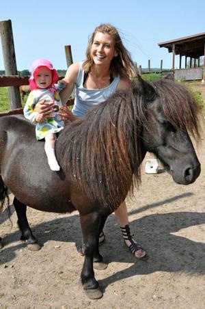10-månader gamla Vera trivs redan på hästryggen. Med hjälp av mamma Mailinn sitter hon här på nyaste tillskottet i hästflocken, shetlandsponnyn Fantasy.