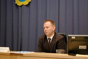 VÄCKER ÅTAL. Kammaråklagare Thomas Bälter Nordenman väcker åtal mot den 32-årige mannen från Norduppland. Härvan började klaras upp när 32-åringen anmäldes för våldtäkt på en 14-årig flicka. I samma veva anmälde en flicka att hon tvingats utföra sexuella tjänster framför en webkamera.