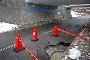 AVSTÄNGD. En dagbrunn kollapsade så att ena vägbanan sjönk i hop. Nu ska hålet lagas och orsaken analyseras.