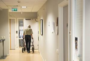 Två personer som bor på ett äldreboende i Sundsvall har uppgett för polisen att de blivit bestulna.