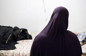Den anhållna  26-åringens mamma framför sonens säng i källlarlägenheten i Örkelljunga.