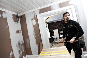 """Snickaren Magnus Kvaernå och hans kollegor fick tänka om totalt när övervåningen inte gick att göra i ordning som planerat. """"Det är den största totalomgörningen jag varit med om. Snacka om att vara flexibel"""", säger han."""