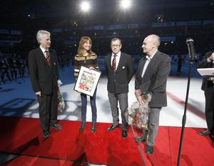 Gefle Dagblads och Arbetarbladets chefredaktörer Maria Brander och Sven Johansson lämnade över jubileumbilagans förstasida inramad till Brynäs Bosse Bylund och Hans-Göran Karlsson.