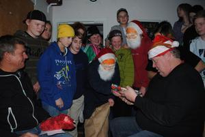 En riktig tomte delade ut julklappar till Håkan Tomth och Alf Karlsson.