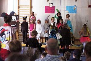 Barnen tågade in sjungandes till tonerna av Jag är på väg från filmen Björnbröder