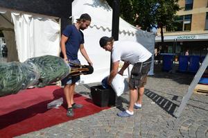 Johan och Charlie arbetar med att iordningställa tältet på Järntorget.