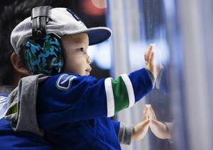 Även de minsta trivs på matcherna i hockeystaden Vancouver.