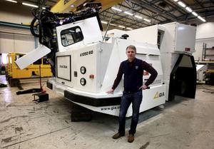 Roger Karlsson, här vid en gruvmaskin som skulle exporteras till Kanada, får lämna vd-posten för Gia i Grängesberg när Atlas Copco 1 februari tar över som ny ägare till företaget.