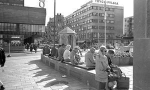 1965. EPA-skylt på Krämarhuset. Notera skylten Söderkonsum på huset till höger i bild.