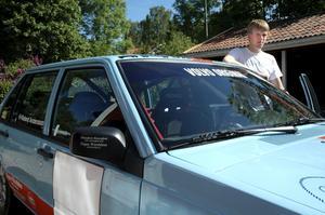"""Rallybilen. Den Volvo 940 Jacob Jansson kör har han själv byggt tillsammans med sin pappa, morbror och goda vänner. """"Det tog en stund att få ordning på den, men nu är jag jättenöjd"""" säger han."""