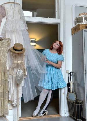 Elsa Billgren i sin ateljé där hon tillbringar större delen av sin tid. Härifrån hyr hon också ut vintagebrudklänningar från sin enorma samling.
