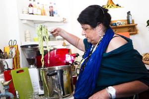 Elisabetta di Strobel från Verona ledde kursen. Här kollar hon om den första omgången pasta är färdigkokt.