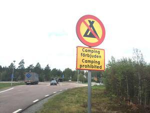 Frösvi rastplats är ibland nästa anhalt när EU-medborgarna drivits från rastplatserna Råby och Svedvi. Tydliga skyltar om campingförbud har ingen effekt.