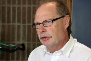 – Det måste till förstärkt bevakning. Folk måste känna sig trygga, säger Kenneth Persson (S) om den senaste tidens händelser i Tjärna Ängar.