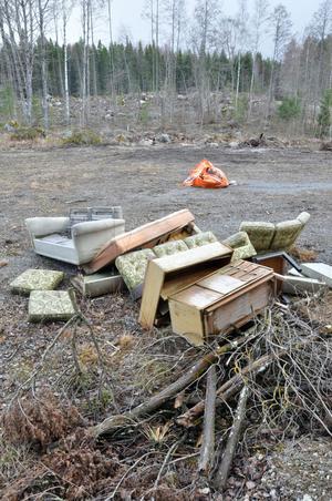 TIPPAT. Privatpersoner har i stället för att köra sakerna till en återvinningscentral tippat möblerna på skogsbilvägen utanför Tobo.