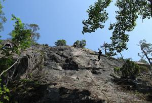 Det klättrade på rad, med rep. Både uppför och utför under aktivitetsdagen på Midskogsberget i Njurunda.