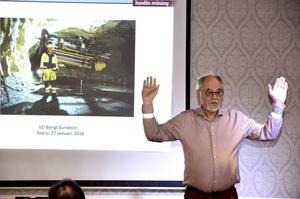Framtidssäker. Med reflexer runt handlederna berättade Zinkgruvans vd Bengt Sundelin om säkerhetsarbetet vid gruvan och om framtiden.