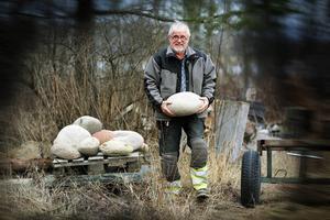 Stenhuggaren Kristian Lund sprider sitt budskap på rullstenar.
